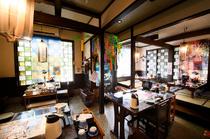 1階のテーブル席と小上がりの座敷は気軽なランチタイム向き