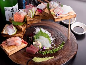 店主が厳選した全国各地の鮮魚が一同に並ぶ。つい写真を撮りたくなる見た目も驚きの『鮮魚のWA段盛り』