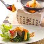 【花to花】では、その季節に一番おいしく食べられる旬の食材や有機野菜をふんだんに使用した創作和食を堪能できます。メニューは存在せず、日によってメニュー内容が異なるのも楽しみの一つです。