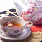 店名にもなっている、2種類の花を浮かべたオリジナルブレンド茶も人気。鼻から抜けるフルーティーな味わいがクセになる逸品。ここでしか飲むことの出来ないブレンド茶、ぜひ味わってみてはいかがでしょうか。