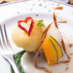 沖縄県産の半熟赤卵をじゃがいもで包んだ逸品。じゃがいものモチモチした食感と、溢れ出る濃厚なチーズソースが口の中いっぱいに広がります。旬の有機野菜と一緒にご堪能あれ。※季節によってメニューが変わります。