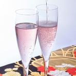 食前酒として提供しているスパークリングワインは、当店オリジナルのお酒です。女性のお客様に人気があるロゼを用意しております。乾杯や記念日などのお祝いにオススメです。