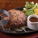 ソースを一切使用せず、純粋にお肉の美味しさを楽しむメニュー。お客様のテーブルに、岩塩などが置いてあるので、食べるときにお客様の好みに合わせて味付けするので、食べるたびに違った味が楽しめます。