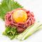 タレは自家製。コリッとした食感と旨味を卵黄に絡めて『タンユッケ』