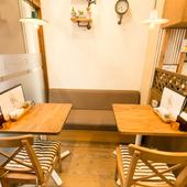 カレー・オムライスをゆっくり味わえるテーブル席