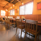 料理もお酒もざっくばらんに楽しめる、心地の良い空間