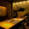 幽玄な個室空間。壁面に描かれた龍の絵が息をのむ素晴らしさ