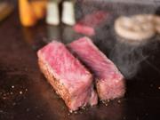 こだわりのA5ランクの黒毛和牛を熱々の鉄板で調理し、絶妙な焼き加減で香ばしくジューシーに仕上がっています。醤油、こだわりのワサビでシンプルにいただきます。