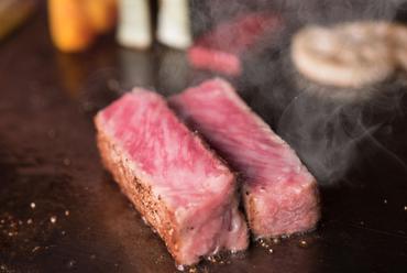 旨みと甘みを引き立てる焼き加減にもこだわった、『和牛サーロインステーキ』 100g