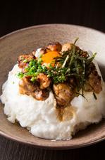 たっぷりの泡にコーティングされたおしゃれな一皿『炭焼き鶏のふわふわ親子丼』