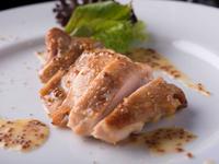 豊かな風味の肉質と程よい弾力が決め手。『熊本ハーブ鶏のオーブン焼き ハニーマスタードソース』
