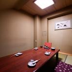 4~6名ほどで利用できる和室が一部屋完備されています。また、フロア奥側には、半個室のようなスペースも確保。接待や会食、おもてなしのひと時にふさわしいゆったりとした空間です。