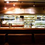 中洲川端駅から徒歩圏内にあり、仕事帰りにも気軽に立ち寄りやすい場所にあるお店です。照れずに横並びができるカップルシートはデートにおすすめ。豊富な海鮮料理と和酒を楽しむ大人のひと時にいかがでしょう。