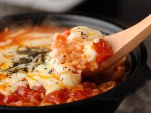 とろけるチーズが香ばしい、女性に大人気の『土鍋でトマトチーズリゾット』