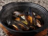 磯の香りたっぷり! お酒がすすむ『土鍋でムール貝』