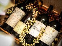 ワインセラーには世界各国のボトルワインが常時80種類