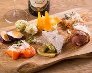 シェフがオススメの前菜が盛り合わせされた一皿。ワンプレートの中に肉、魚、野菜がふんだんに盛り込まれています。地元の食材が使われているので、旬の食材を堪能することができます。