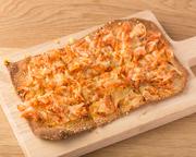 桜海老をトッピングしているため、海老の風味が口の中いっぱいに広がります。軽くてサクサクの食感であっというまに食べれてしまいます。ひとりで全部食べるもよし、みんなでシェアするもよしの一品です。