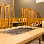 各テーブルには鉄板を完備。いつまでも熱々の料理を満喫