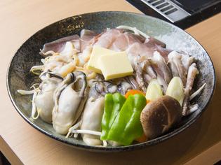 築地の鮮魚店から届く新鮮な魚介類を鉄板焼きで