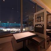 窓際のテーブル席はデートにもぴったり
