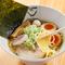 透き通った魚介の濃厚スープ。秘伝のタレを味わう『淡麗中華そば熟玉のせ』