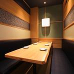 シックで落ち着いた雰囲気の個室は、いつもお世話になっているあの方をもてなすのにおすすめできます。美味しい日本酒と、美味しい料理で気持ちをほぐせば、更に良い関係を築けるでしょう。