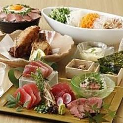 ローストビーフに雲丹・鶏とチーズ・サーモンとイクラを乗せたインスタ映え間違いなしのロングユッケ寿司!