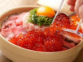 ローストビーフとネギトロといくらの土鍋飯 2480円
