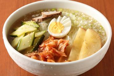彩り綺麗で、食欲をそそられる『自家製盛岡冷麺』。こだわりのスープと、冷麺も自家製