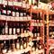 料理の味を引き立てる、種類豊富なワインの数々がお出迎え