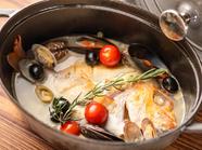 鮮魚を豪快にまるごと一匹使った、やさしい味わいの『本日の鮮魚のアクアパッツァ』