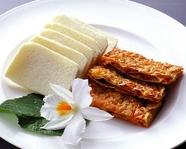 湖南省の名物料理の一つ『湯葉のミルフィーユ揚げ 蒸しパン包み』