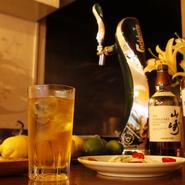 ひとりでも食べきれるようなサイズに整えた一品を揃えています。食欲を湧き立たせられる料理の数々は、ウィスキー、ワイン、ビールなど、いずれのお酒とも良く合います。