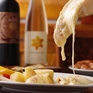 スイス産ラクレットチーズを使用。その濃厚な味わいは、シンプルなジャガイモや野菜のピクルスをまろやかに包み込んでくれます。 日本産のラクレットも入荷済みです。ぜひ食べ比べてください!!