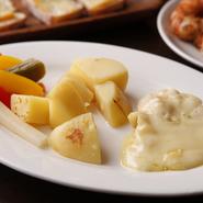野菜を使い、ラクレットチーズをすくい取るようにいただきます。ベーコン・焼き野菜・ソーセージ・バケットなど、食材の追加も可能。とろけるチーズの美味しさと芳醇な香りが、やみつきになります。