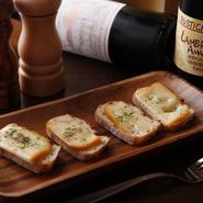 ラクレットチーズの濃厚な旨味は、様々な食材と合わせて食べるにはぴったり。また、ワインについても定番から、なかなかお目にかかれない一本なども揃えています。チーズとワインの相性も、お楽しみください。