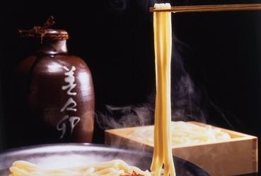 毎日2時間かけて引く旨みのある出汁でいただく特製うどん。【美々卯】の看板メニュー『うどんすき』