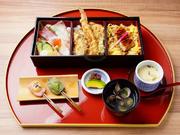 うなぎ・天ぷら・海鮮、【大原女】の3種類の人気メニュー一度に食せる大人気の御膳です。メニューは月替わりで変化していくので、訪れるたび季節の味覚を堪能できます。