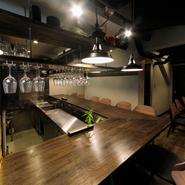 鍋を提供するお店にしては珍しい、広々としたカウンター席が魅力。お一人様でも気軽にお鍋を楽しんでほしいという店主の気遣いが伺えます。もちろん、ゆったりとくつろげるテーブル席も完備されています。
