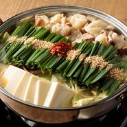 水炊きのスープと西京味噌を合わせ、まろやかながら濃厚な仕上がりの旨出汁でいただきます。国産の朝挽き牛小腸を使い、脂のとろける甘みがお野菜をより一層美味しくしてくれます。