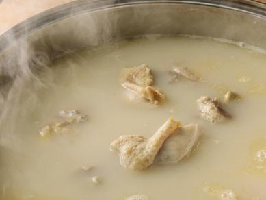 佐賀「みつせ鶏」の旨味や出汁が凝縮されたスープで炊き上げる『水炊き』