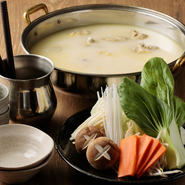 鶏の旨味をスープに移すため、佐賀「みつせ鶏」のガラを3日間かけて炊き込んでいます。鶏の旨味やコクを味わいながらみつせ鶏やつくね、瑞々しく甘みたっぷりのお野菜と合わせてお召し上がりください。