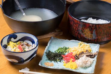 濁らないようにコトコト煮込んだ旨味たっぷりの鶏スープでいただく本場・奄美の『鶏飯』