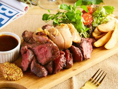 人気の肉料理をまとめて全部味わえる『肉の王様プレート』