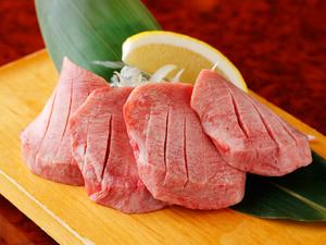 タンの中でも特別な美味しさが堪能できる『特選厚切りタン塩』当店の看板メニュー。