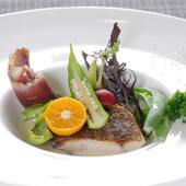 沖縄県産の食材をふんだんに使用した『県産地魚のポワレ ヴァンブランソース』