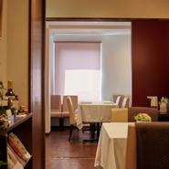 シンプルな内装の広々とした空間で、ゆっくりとお料理を楽しみながら思い出に残るひと時を演出してくれます。テーブル席は2名での利用も4名席に案内してくれるので、隣との距離も気になりません。