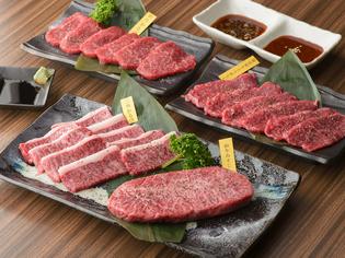部位ごとに細かく厳選する牛・豚や肉の味を引き立てる「極楽塩」
