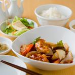 豚肉には贅沢にヒレ肉を使用しているので柔らかく、女性にも人気の一品『スブタ定食』